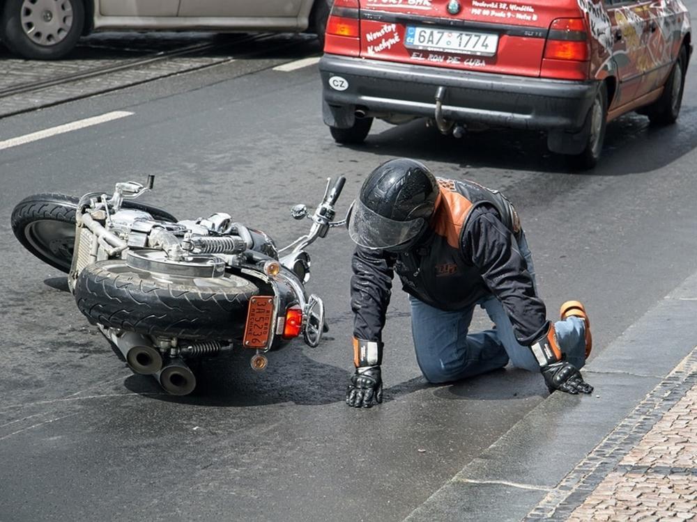 갑자기 끼어드는 차량에 오토바이도 속수무책