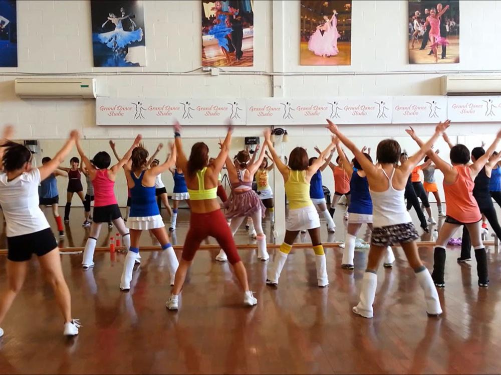 인기있는 강사의 댄스 수업에서 엉켜 넘어지는 사고