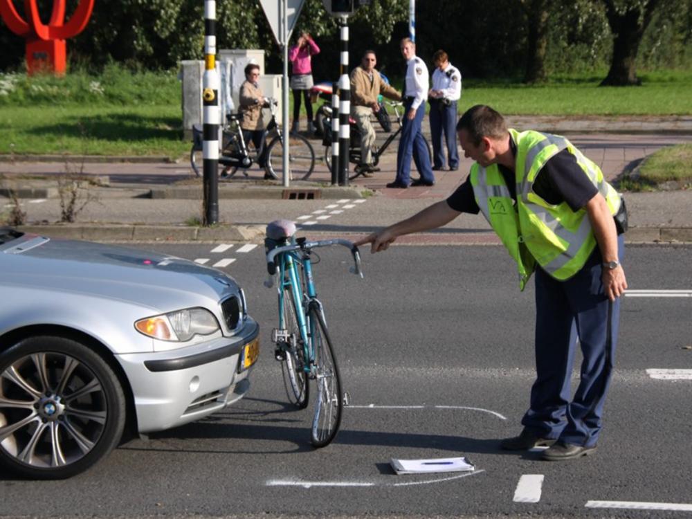 자전거와 외제 자동차의 횡단보도 접촉사고