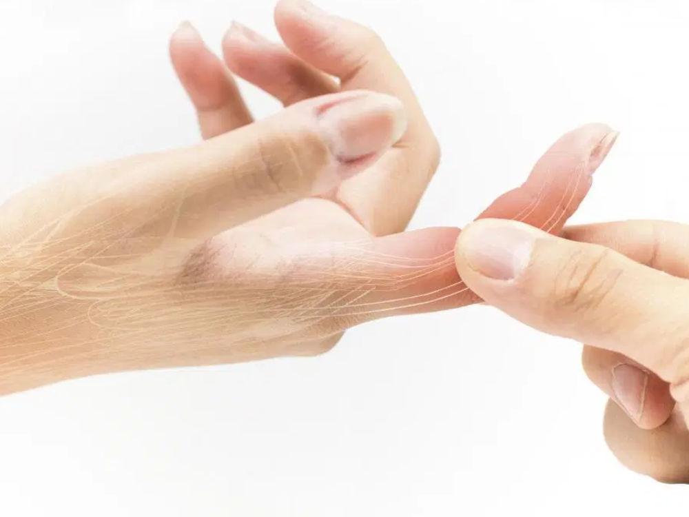 청소 중 떨어진 물건으로 손가락 골절